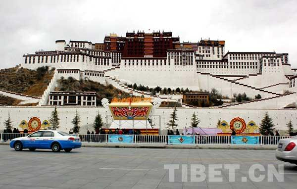 Lucky Eight Treasures, eight religion-related Tibetan pictures for luck, decorate the Potala Place in Lhasa, capital of southwest China's Tibet Autonomous Region. [Photo/China Tibet Online]