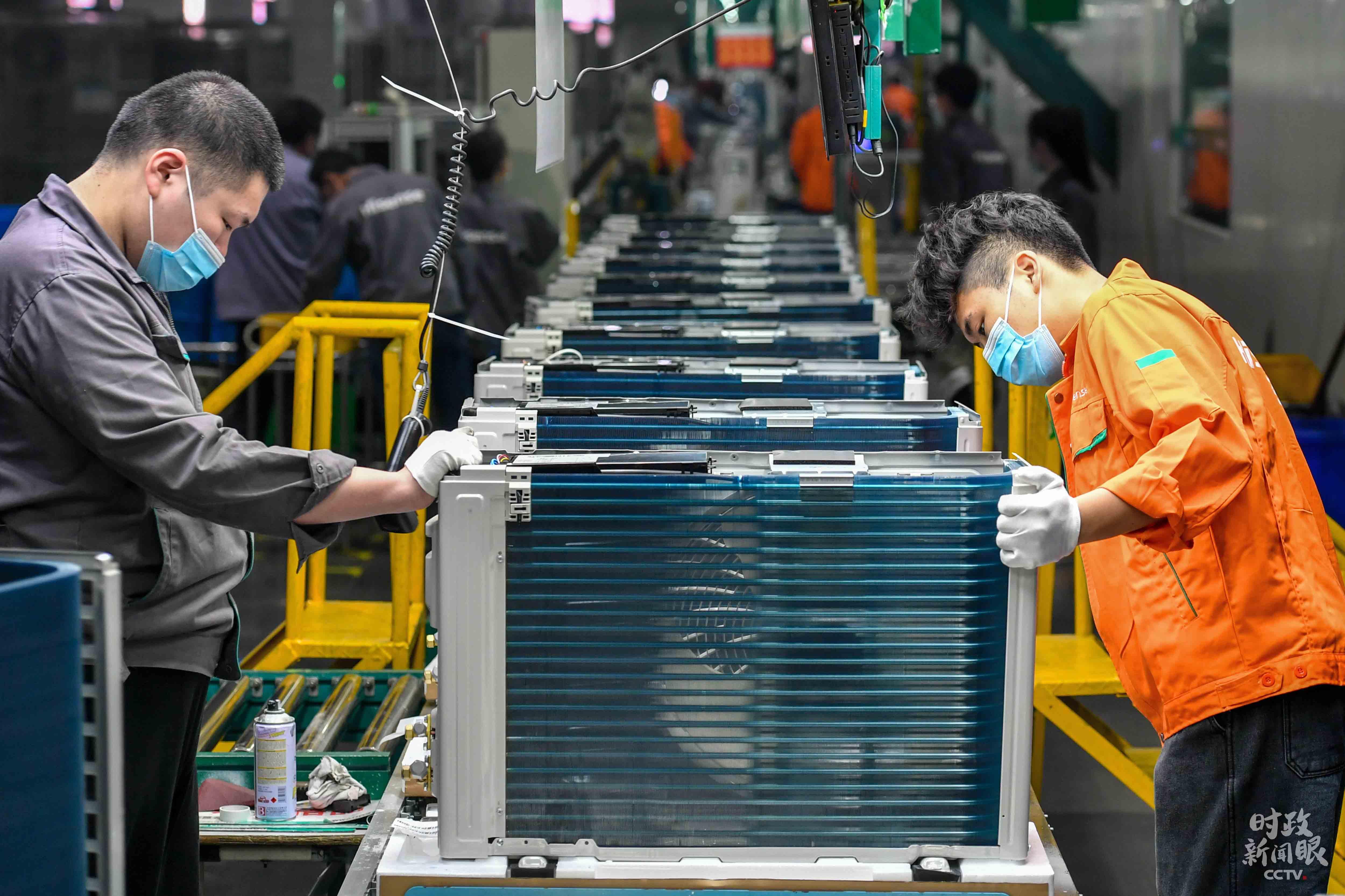 这是浙江湖州某空调公司的总装车间,技术人员正在赶制销往上海的订单产品。