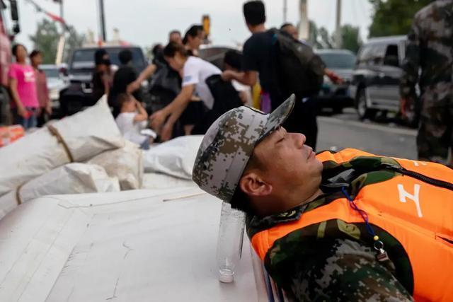 """因一张""""高难度睡姿""""照片走红网络的抗洪战士,他还有这些感"""
