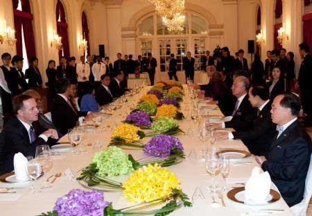 Theclosingluncheonofthe17thAPECEconomicLeadersMeetingisheldattheIstana,SingaporePresident'sofficeandresidence,Nov.15,2009.(Xinhua/XuJinquan)