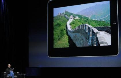 "AppleChiefExecutiveOfficerSteveJobsintroducesthe""iPad""duringthelaunchofApple'snewtabletcomputerinSanFrancisco,California,theUnitedStates,Jan.27,2010.(Xinhua/QiHeng)"