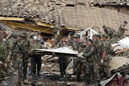 ChileanmilitaryofficerssearchsurvivorsinthedebrisinConcepciononMarch2.Thedeathtollinthedevastatingearthquakehasrisento795,accordingtothelatestofficialstatistics.(Xinhua/ReutersPhoto)