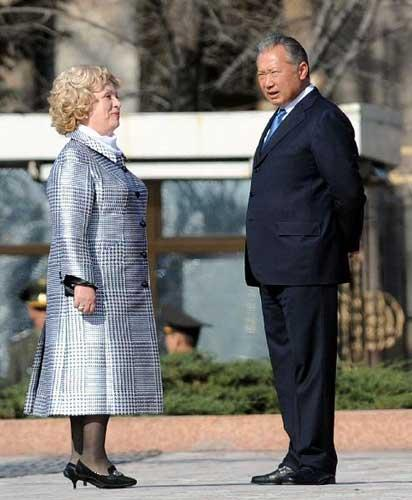 File photo taken on April 1, 2010 shows then Kyrgyz President Kurmanbek Bakiyev talks with his wife in Bishkek, Kyrgyzstan. (Xinhua/Sadat)