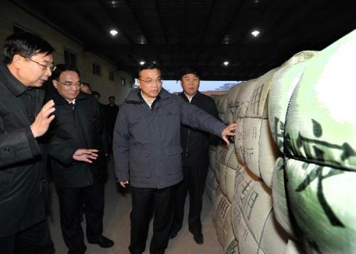 ChineseVicePremierLiKeqiang(R,front)inspectstheurgenttransportationofquakereliefsuppliesinShenyang,capitalofnortheastChina'sLiaoningProvince,April15,2010.LiKeqiangonThursdaycalledforfullcommitmentinthelogisticsworkfortheearthquakerelieftoensurethebasiclivelihoodofthepeopleinquake-hitareas.(Xinhua/LiTao)