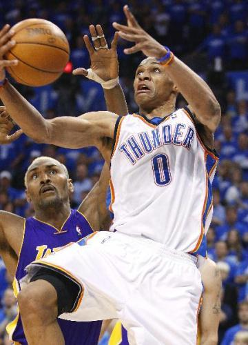 OklahomaCityThunderguardRussellWestbrook(0)shootsoverLosAngelesLakersforwardRonArtestduringGame3oftheirNBAWesternConferenceplayoffseriesinOklahomaCityApril22,2010.(Xinhua/ReutersPhoto)