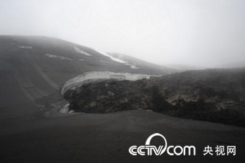 央视记者冒险探访冰岛火山口