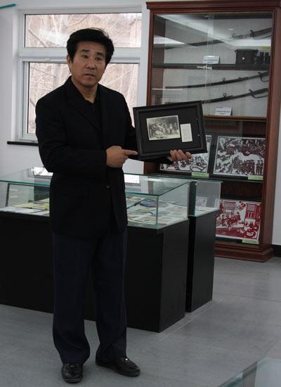 訾贵江向观众介绍展品
