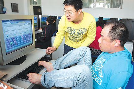A disabled man, who lost both of his arms, learns how to use a computer in Mudanjiang, Heilongjiang Province Sunday. Authorities are offering the free six-week course to more than 100 disabled people to help them secure a job. (Xinhua)