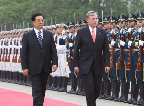 Chinese President Hu Jintao (L) hosts a welcoming ceremony for German President Horst Koehler in Beijing, capital of China, May 17, 2010. (Xinhua/Liu Weibing)