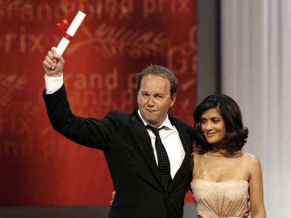 Director Xavier Beauvois (L), awarded for the Grand Prix Award, poses with actress Salma Hayek during the award ceremony of the 63rd Cannes Film Festival May 23, 2010. (Xinhua/Reuters Photo)