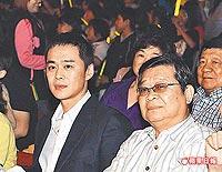 张承中(左)前晚和爸爸张世良一起看S.H.E演唱会