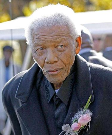 Former South African President Nelson Mandela attends the funeral of his great-granddaughter who was killed in car crash last week. (Photo source: news.cn)