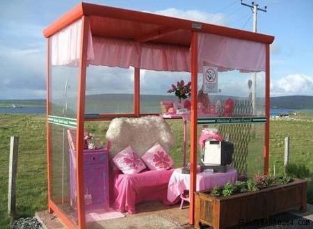 Britain's most luxurious bus stop has a sofa, a table, a computer, a TV set, a microwave, phone and even a hot-snacks stand. [Photo: huanqiu.com]
