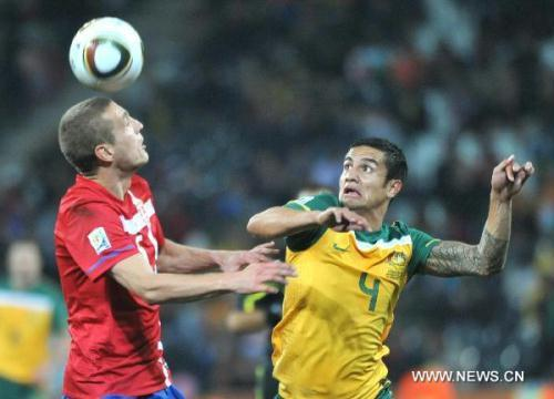 Australia's Tim Cahill (R) vies with Serbia's Nemanja Vidic during the 2010 World Cup Group D match in Nelspruit, South Africa, June 23, 2010. Australia won the match 2-1. Both Serbia and Australia are disqualified for the round of 16. (Xinhua/Xu Suhui)