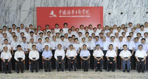 Chinese Vice Premier Li Keqiang (6th L, front) poses for a group photo with the participants of a training course on urbanization, in Shanghai, east China, June 24, 2010.(Xinhua/Huang Jingwen)
