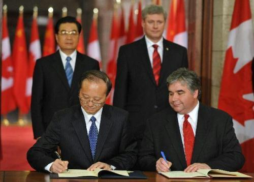 VisitingChinesePresidentHuJintao(L,back)andCanadianPrimeMinisterStephenHarper(R,back)attendthesigningceremonyofatourismdestinationagreementbetweenthetwocoutriesinOttawa,Canadaa,June24,2010.(Xinhua/LiXueren)