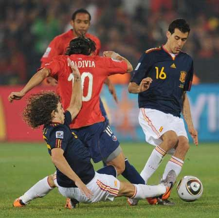 Carles Puyol (bottom) of Spain vies with Jorge Valdivia of Chile during the Group H last round match at 2010 FIFA World Cup, at Loftus Verfeld stadium in Tshwane, South Africa, on June 25, 2010. Spain won 2-1 and both teams are qualified for the next round. (Xinhua/Li Ga)