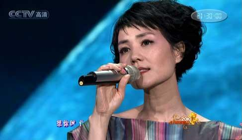 Hong Kong pop singer Faye Wong sings on stage.(CCTV.com)