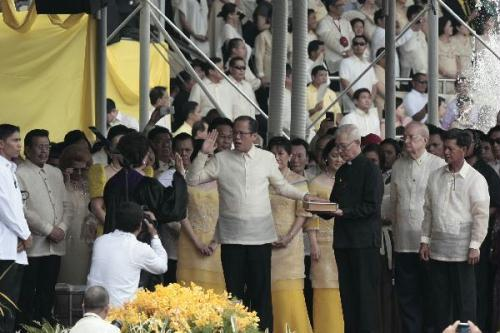 Philippines' President-elect Benigno Aquino III (C) takes his oath before Supreme Court Associate Justice Conchita Carpio-Morales in Manila, the Philippines, on June 30, 2010. Benigno Aquino III on Wednesday took his oath as Philippine 15th president at the Quirino Grandstand in Manila in front of thousands of Filipinos.(Xinhua/Jon Fabrigar)