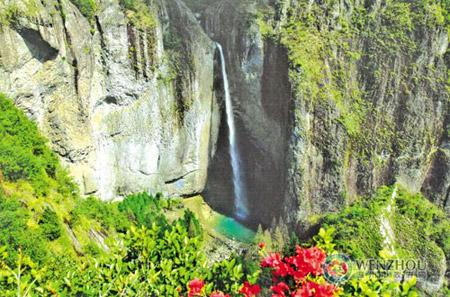 If one enters the Dalongqiu Waterfall Scenic Zone from the entrance of the valley along the stream, one will first see the Scissor Peak, which changes the shapes when it is viewed from different angles.