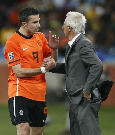 Robin van Persie (left) speaks to coach Bert Van Marwijk after being substituted during the match against Slovakia Monday. Photo: AFP
