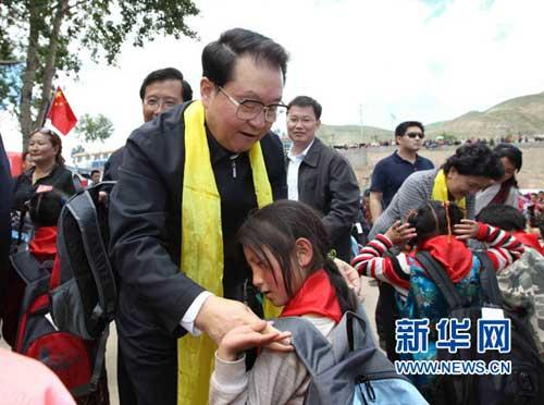 Senior Chinese official Li Changchun visited quake-hit Yushu in northwest China's Qinghai Province Friday.