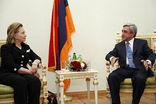 U.S. Secretary of State Hillary Clinton (L) listens to Armenian President Serzh Sargsyan during their meeting in Yerevan, July 4, 2010. (Xinhua/Reuters Photo)