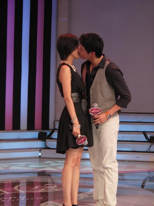 陆毅在台上亲吻鲍蕾