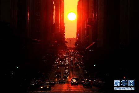 Cars run at the sunset on the 42nd Street, Manhattan of New York, the United States, July 5, 2010. The National Weather Service said the temperature is expected to be 95 degrees Fahrenheit (35 degrees Celsius) or above on those days.(Xinhua photo)