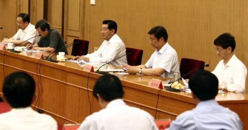 "JiaQinglin(3rdR),chairmanoftheNationalCommitteeoftheChinesePeople'sPoliticalConsultativeConference,speaksataconferenceondeploying""pairingassistance""forTibet,Beijing,capitalofChina,July7,2010.(Xinhua/YaoDawei)"