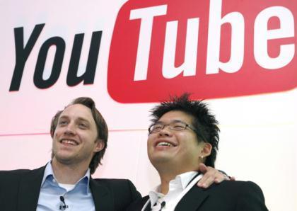 ChadHurley(L)andSteveChen,co-foundersofYouTube,poseinParisJune19,2007.(Xinhua/ReutersFilePhoto)