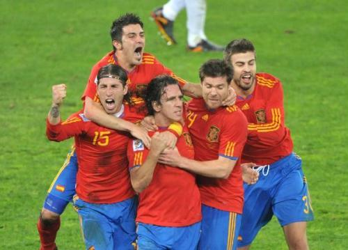 Spain's Carles Puyol (C) celebrates his goal with Sergio Ramos (L), David Villa (L2), Xabi Alonso (R2) and Gerard Pique during the 2010 World Cup semi-final match against Germany in Durban, South Africa, July 7, 2010. Spain won 1-0.(Xinhua/Xu Suhui)