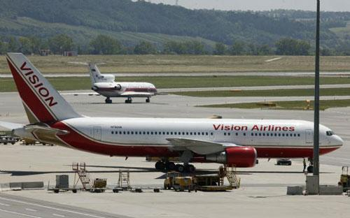 A Russian aircraft (L) rolls on a runway to prepare for takeoff, as an aircraft of the United States stands on the tarmac, after an exchange of spies at Vienna airport July 9, 2010. (Xinhua/Reuters)
