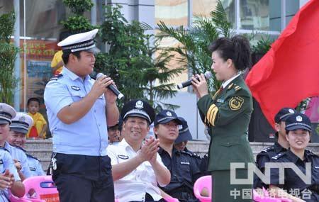 姚林辉和战友共同演唱《你是我们最亲的人》