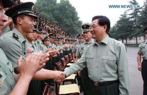 Chinese President Hu Jintao (R Front) meets with officers and soldiers of the Chinese People's Liberation Army in Luoyang City, central China's Henan Province. President Hu was on an inspection tour in Henan Province July 9-11.(Xinhua)