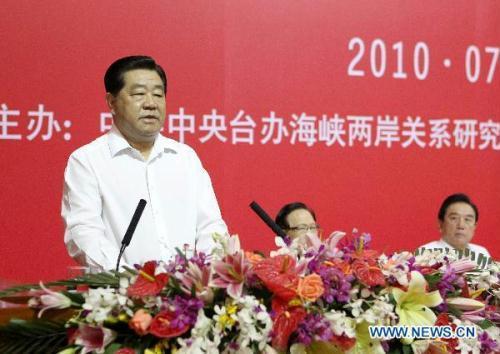 JiaQinglin,chairmanoftheNationalCommitteeoftheChinesePeople'sPoliticalConsultativeConference,speaksduringtheclosingceremonyofthesixthCross-StraitEconomic,TradeandCultureForuminGuangzhou,capitalofsouthChina'sGuangdongProvince,July11,2010.ThesixthCross-StraitEconomic,TradeandCultureForumclosedinGuangzhouonSundaywiththeadoptionof22jointproposalsforthepromotionofcross-Straitcooperationinvariousfields.(Xinhua/MaZhancheng)