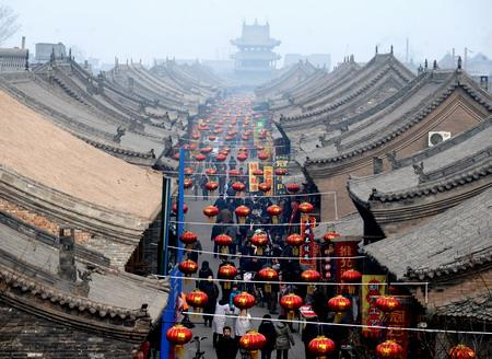 Lanterns hang over a major thoroughfare in the 2,700-year-old town of Pingyao on Feb 6, a week before this year's Spring Festival.(Xinhua file photo)