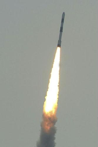 India's PSLV-C15, carrying a payload of five satellites, heads to space from Sriharikota. India successfully launched five satellites into orbit on Monday, three months after the country's space ambitions suffered a setback when a rocket crashed at lift-off.(Xinhua/AFP Photo)