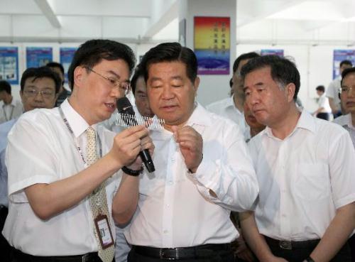 JiaQinglin(C,front),chairmanoftheNationalCommitteeoftheChinesePeople'sPoliticalConsultativeConference,visitstheManufacturingEngineeringInstituteofHuazhongUniversityofScienceandTechnologyinsouthChina'sGuangdongProvince,July9,2010.JiaQinglinpaidaninspectiontoGuangdongfromJuly8toJuly12.(Xinhua/MaZhancheng)