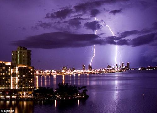 StunningscenesaslightningstrikestwobuildingsoverSouthBeach,Miami,July13,2010.(PhotoSource:gb.cri.cn)