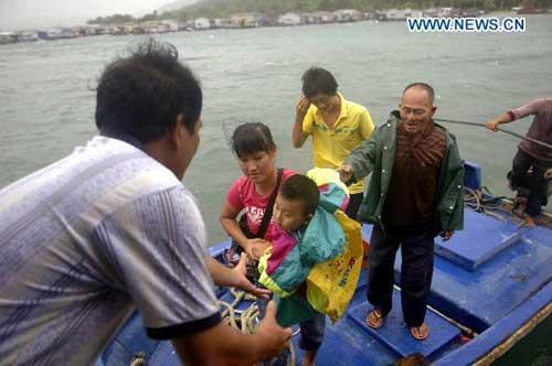 FishermenfamilyareevacuatedinLingshuiCounty,southChina'sHainanProvince,onJuly16,2010.TyphoonConsonistolandinsouthChina'sislandprovinceofHainanbeforeFridaynight,saidtheNationalMeteorologicalCenter(NMC)Friday.(Xinhua/HouJiansen)