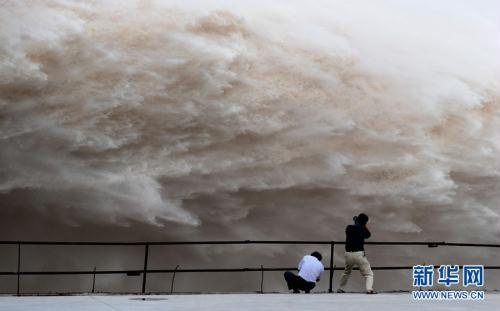 Engineers will raise the rate of water outflux to 40,000 cubic meters per second from 10 a.m. on Monday to face the biggest flood peak since the dam was established.(Xinhua Photo)