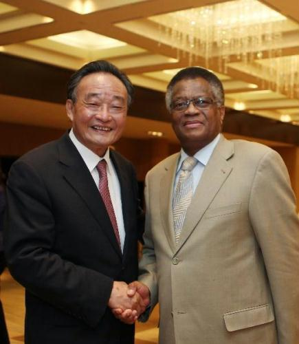 Wu Bangguo (L), chairman of the Standing Committee of China's National People's Congress (NPC), meets with Max Sisulu, speaker of the National Assembly of South Africa, in Geneva, Switzerland, July 20, 2010.(Xinhua/Ju Peng)