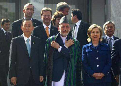 Afgan President Hamid Karzai (C), US Secretary of State Hillary Clinton (R) and UN chief Ban Ki-moon (L) pose following the International Conference on Afghanistan in Kabul, on July 20, 2010. (Xinhua/Reuters Photo)