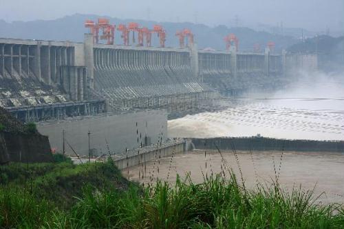 Floodwatersaresluicedwiththewateroutfluxmonitoredat40,000cubicmeterspersecondatThreeGorgesDaminYichang,centralChina'sHubeiProvince,July20,2010.(Xinhua/XiaLin)