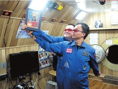 WangYue,China'svolunteerfortheMars-500experiment,spenthis28thbirthdayinasealedmoduleonJuly25duringasimulatedspacetriptomars.