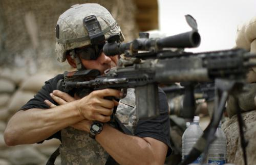 1st Sergeant Buddy Hartlaub with the U.S. Army's 1-320 Field Artillery Regiment, 101st Airborne Division takes aim at a suspected Taliban position at Combat Outpost Nolen in the Arghandab Valley north of Kandahar, Afghanistan, July 22, 2010. (Xinhua/Reuters File Photo)