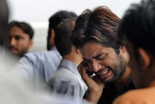 A Pakistani man mourn his relatives after his death in a plane crash on the outskirts of Islamabad.(Xinhua/AFP Photo)