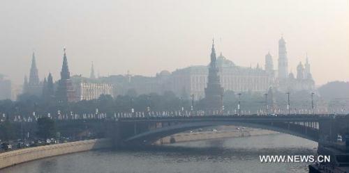 TheKremlinispicturedinRussiancapitalMoscowJuly27,2010.Moscowwascoveredinsmogfromforestandpeatfirestriggeredbyabnormalhightemperatures.(Xinhua/LuJinbo)