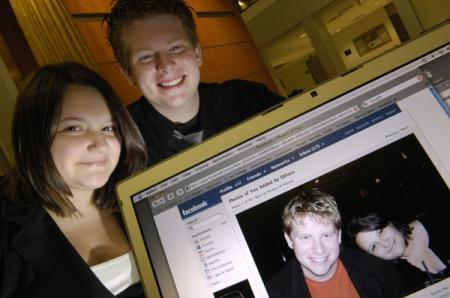Stephanie Endicott and Marcus Smallegan, first-year students at George Washington University, display a photograph of themselves on their Facebook website, in Washington November 25, 2007. (Xinhua/Reuters File Photo)